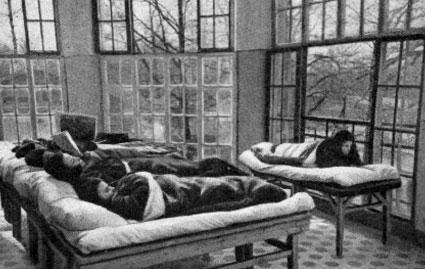 Воздухолечение зимой на веранде в ЛИХТ при открытых окнах; больные лежат на топчанах в меховых одеялах-конвертах