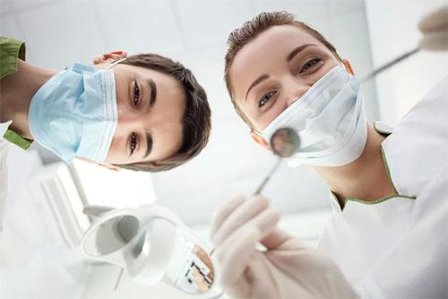 Стоматологические клиники в разных городах России, в том числе в Курске, можно можно классифицировать по нескольким признакам