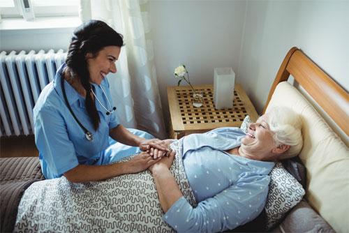 Сиделка для лежачего больного - требования и условия работы